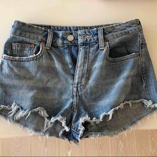 Högmidjade jeansshorts från H&M. Passar även 34 bra.