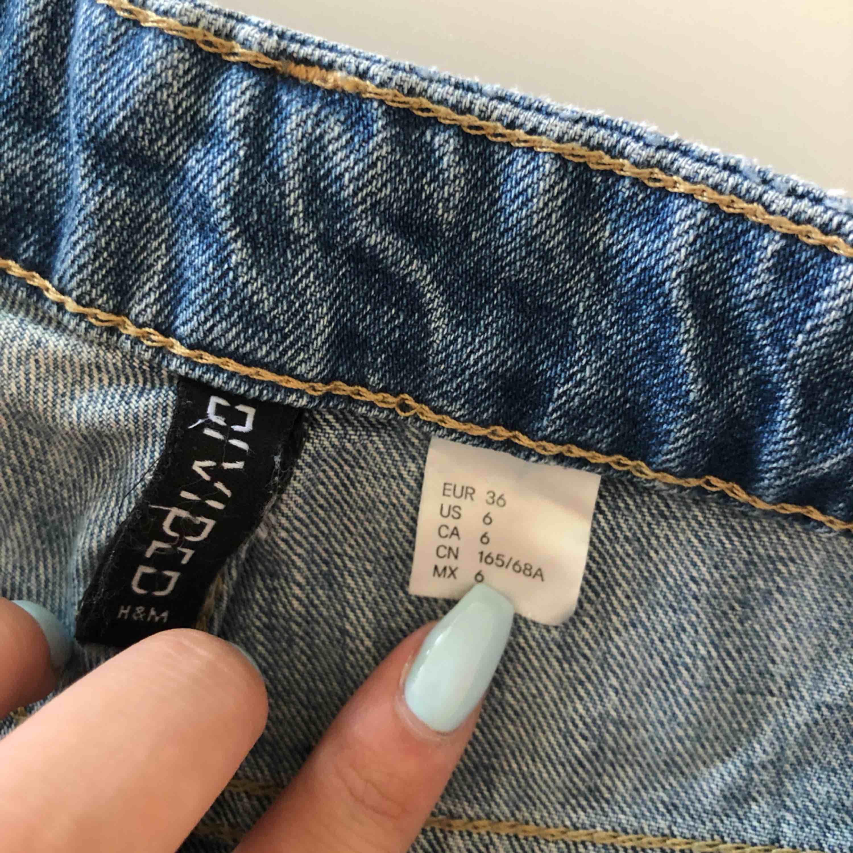 Högmidjade jeansshorts från H&M. Passar även 34 bra.. Shorts.