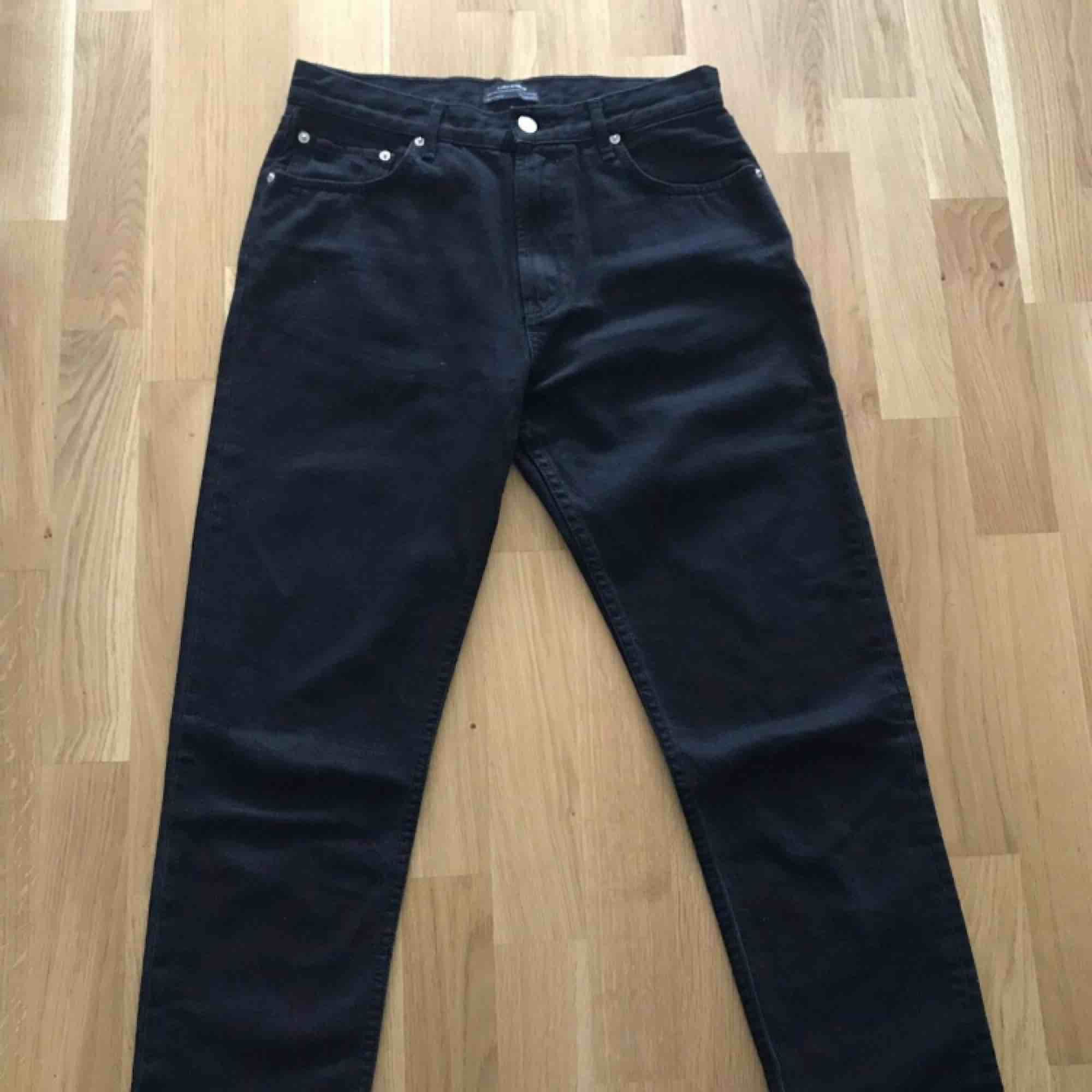 Mom jeans från zara  Aldrig använda  Perfekt till i höst . Jeans & Byxor.