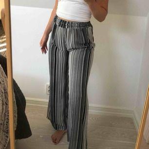 Randiga byxor som är köpta utomlands. Väldigt raka i benen. Jag är 172 lång och byxorna passar mig i längden
