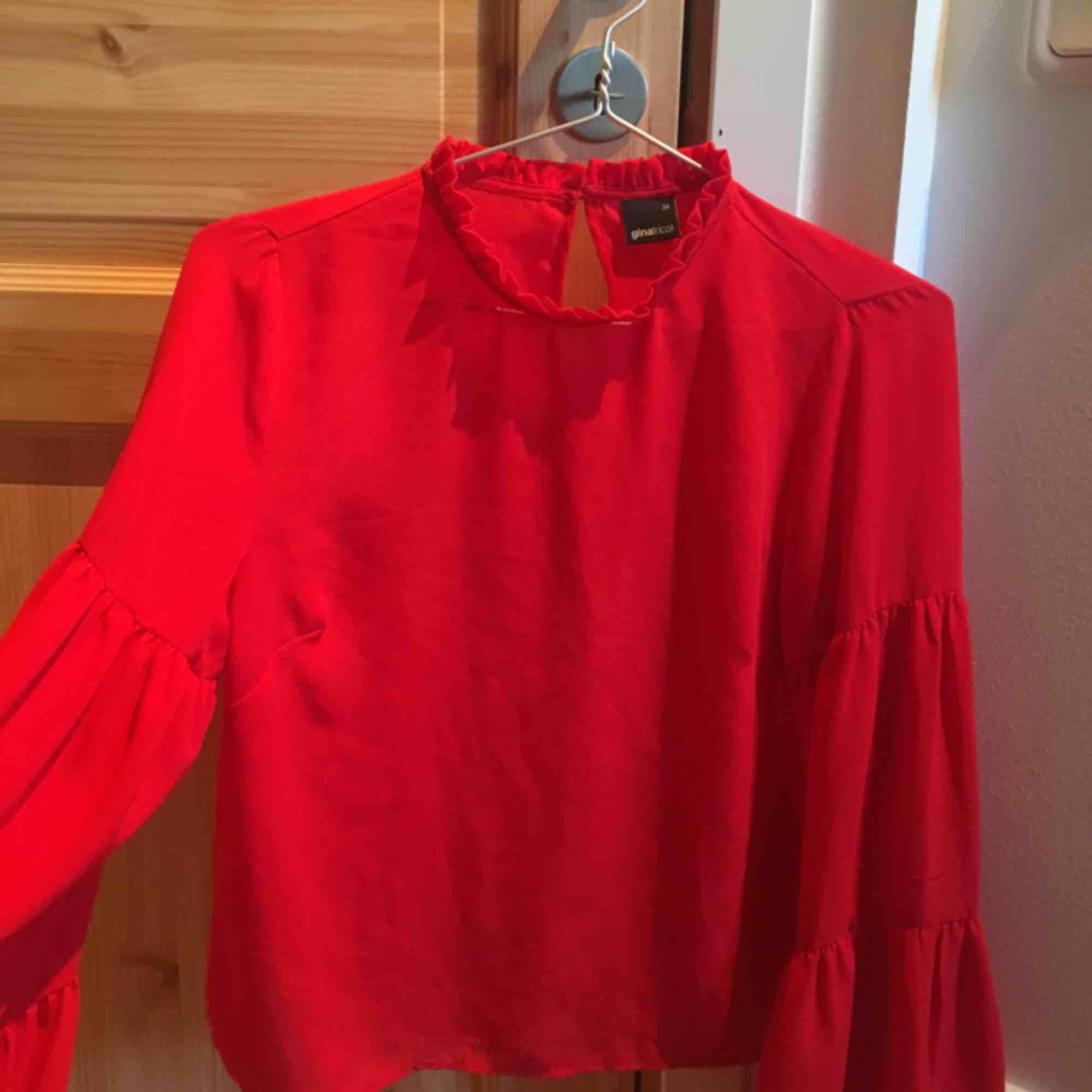 Fin röd blus med utsvängda armar från Gina Tricot. Använd fåtal gånger och är i bra skick. Köparen står för frakt, kan även mötas upp i Stockholm. . Blusar.