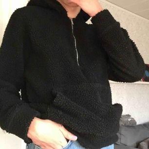 Oversized Teddy hoodie från Jack & Jones! Knappt använd och perfekt till hösten/vintern.