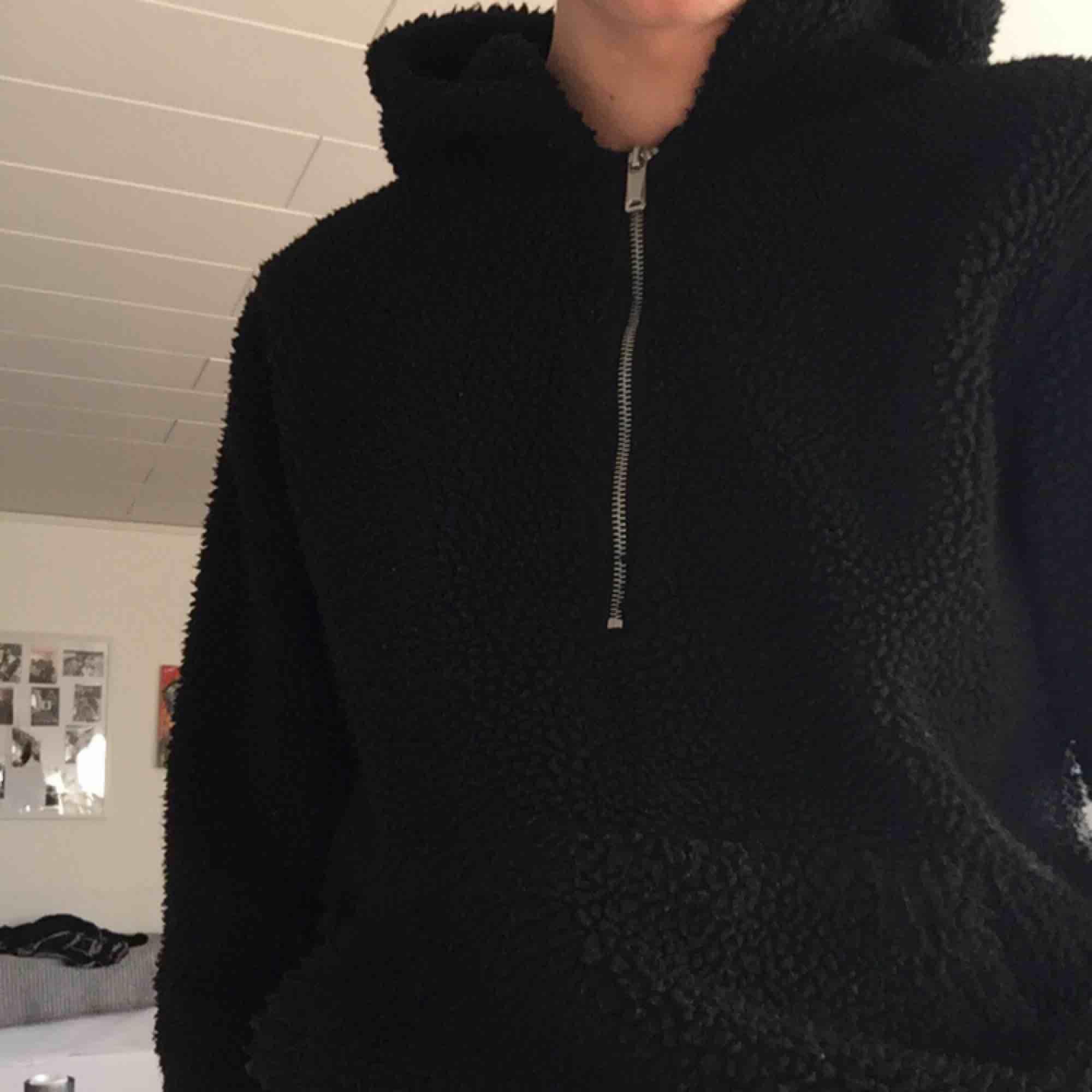 Oversized Teddy hoodie från Jack & Jones! Knappt använd och perfekt till hösten/vintern.. Tröjor & Koftor.