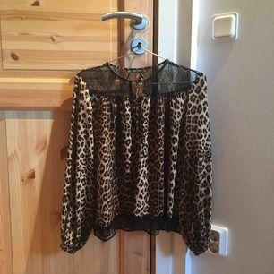 Leopard mönstrad blus från zara med knytning där fram och spets vid axlarna. Använd några gånger och köpt under rea. Köparen står för frakt men jag kan även mötas upp i Stockholm.