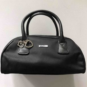 Liten svart väska
