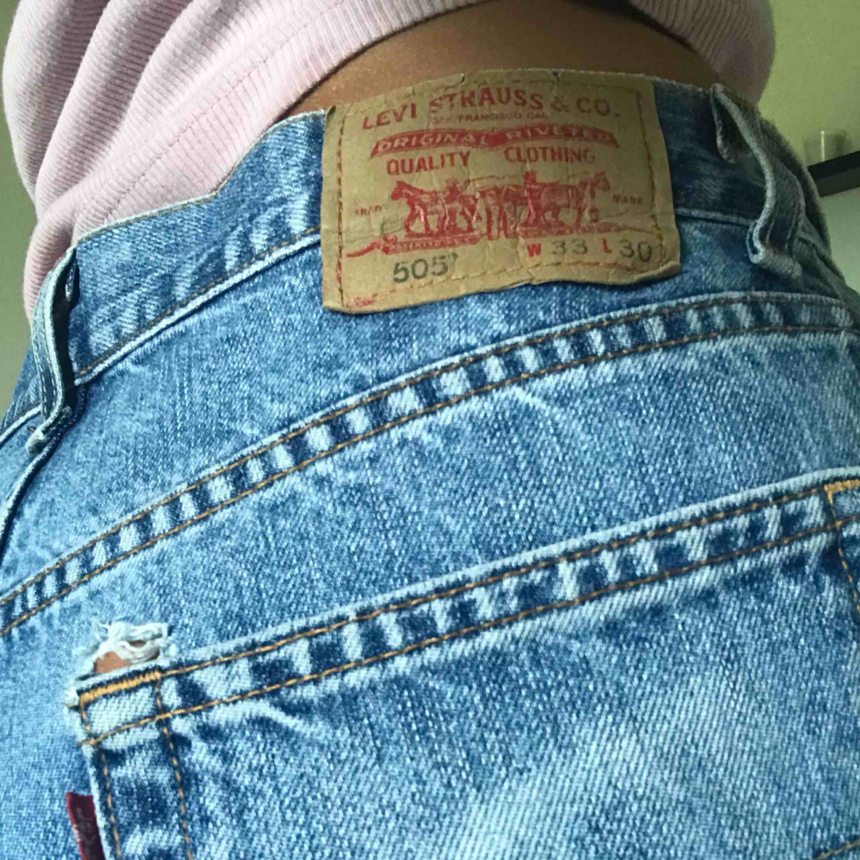 Säljer mina Levis-shorts! Dom är högmidjade och supersköna. Kan frakts eller mötas upp i örebro💞. Shorts.