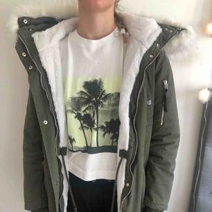 Grön jacka från madlady. Jackan är tjock och fungerar även in på vintern. Nyskick! Kan mötas upp i Stockholm eller frakta (du betalar).
