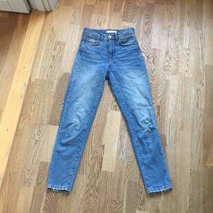 Blåa mom jeans från Zara storlek 32. Kan mötas upp i centrala Stockholm🦋🦋