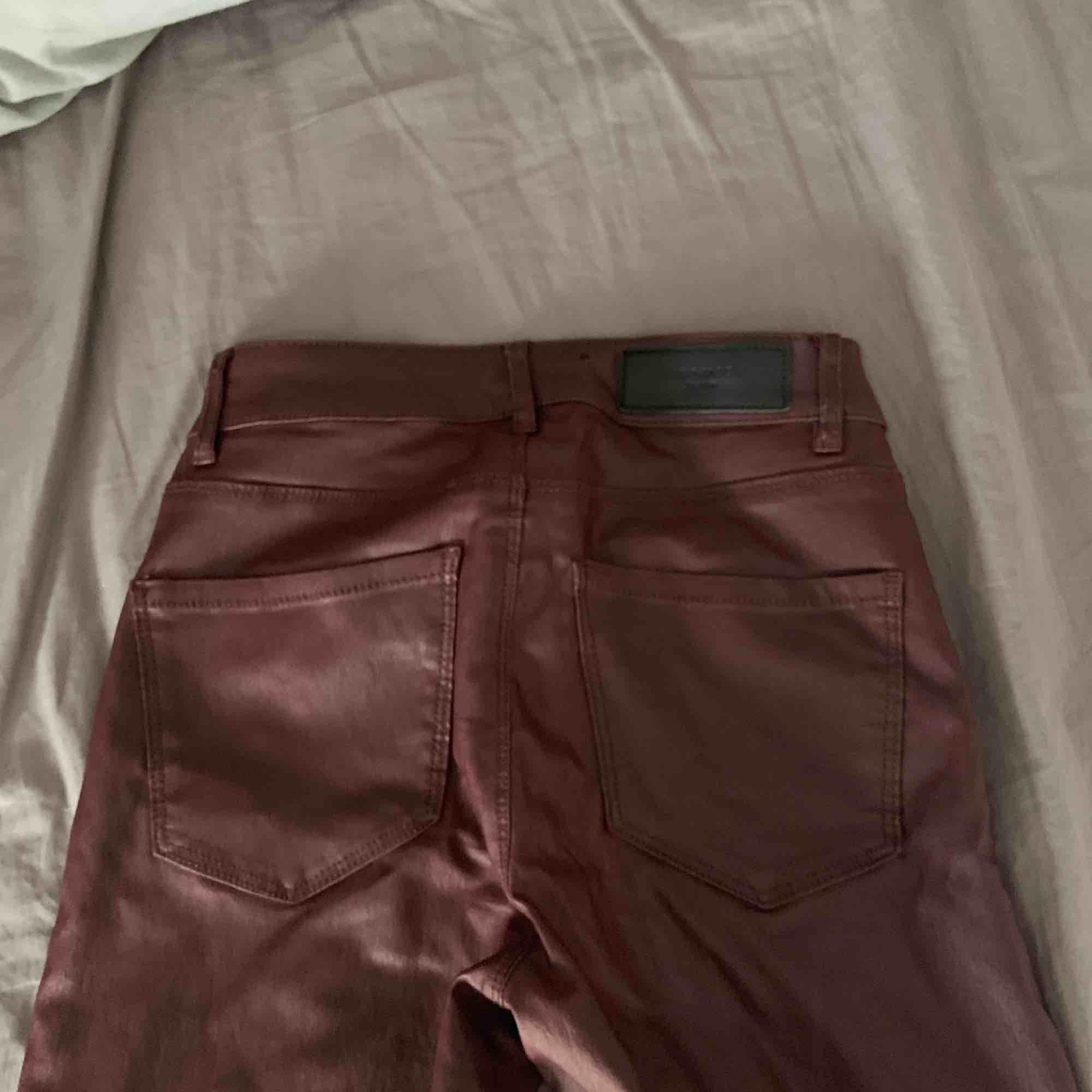 Röda skinn byxor från vero Moda, väldigt stretchiga . Jeans & Byxor.