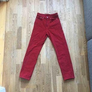Röda jeans från H&M. Storlek 24, säljes då dem blivit förkorta i benen. Kan mötas upp centrala Stockholm💋💋