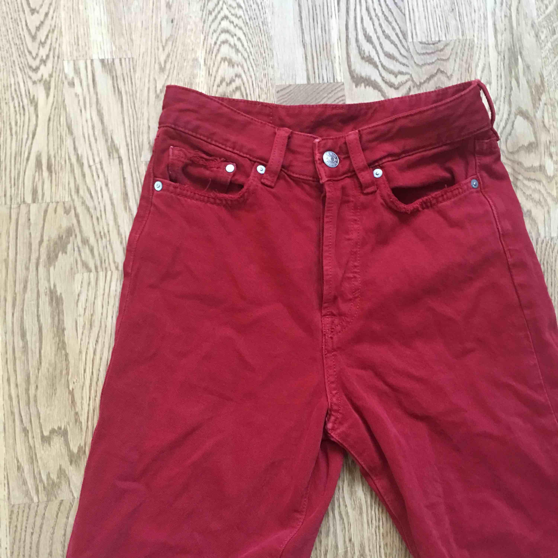 Röda jeans från H&M. Storlek 24, säljes då dem blivit förkorta i benen. Kan mötas upp centrala Stockholm💋💋. Jeans & Byxor.