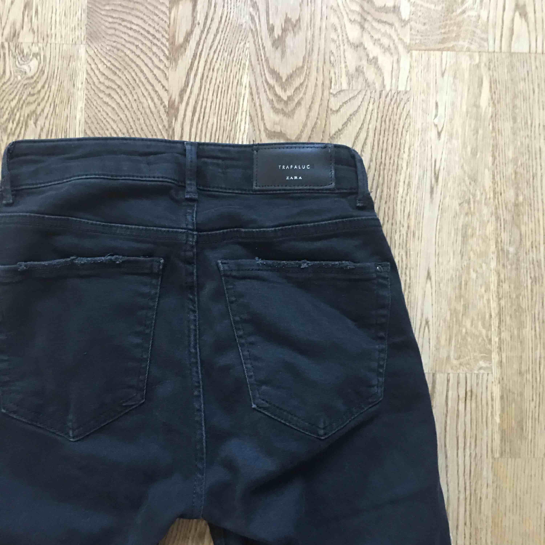 Svarta jeans med pärlor på från Zara. Storlek 34. Silvriga pärlor. Kan mötas upp i centrala Stockholm🌚🌚. Jeans & Byxor.