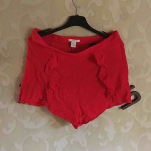 röda shorts med volanger!❤️