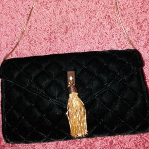 Väska i svart sammet från Ti Amo. Skitsnygg! 100 kr plus frakt.
