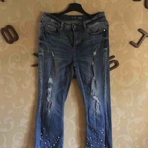 Bootcut jeans med pärlor och slitningar!💞