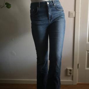 Utsvängda jeans Ganska stretchiga och lagom hög midja Storleken är nog lite galen men det är bara att fråga på