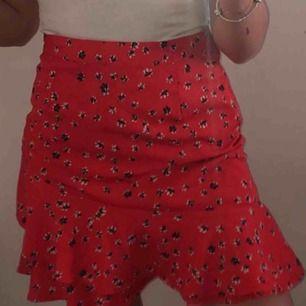 Jättesöt röd kjol med volanger & tryck av blommor tror jag ifrån Cubus, storlek XS. Den har en kedja i sidan men den syns inte alls. Frakt står köparen för!😊💕