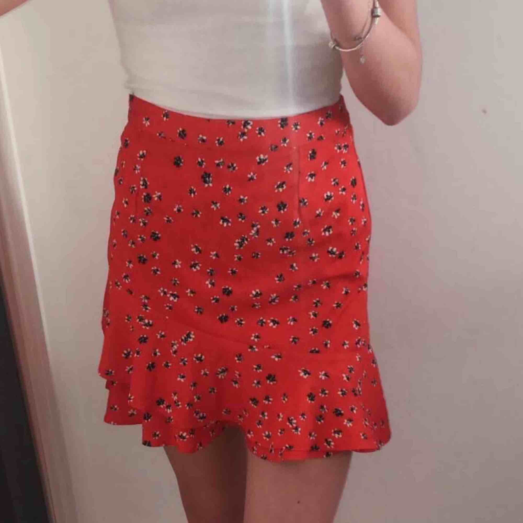 Jättesöt röd kjol med volanger & tryck av blommor tror jag ifrån Cubus, storlek XS. Den har en kedja i sidan men den syns inte alls. Frakt står köparen för!😊💕. Kjolar.