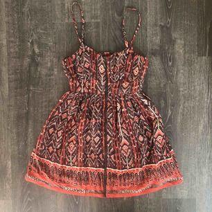 Kort klänning med dragkedja fram ifrån forever 21🖤