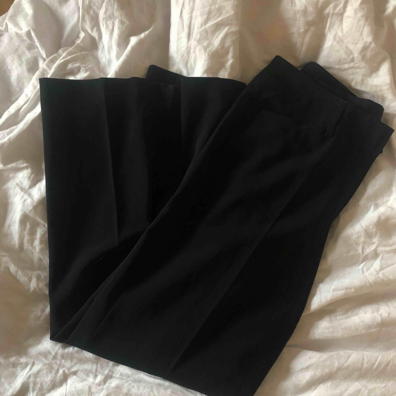 Den perfekta raka oversized byxan med fina pressveck, size 40/L. Är själv en xs och har använt de med skärpt utan problem 😇. Jeans & Byxor.
