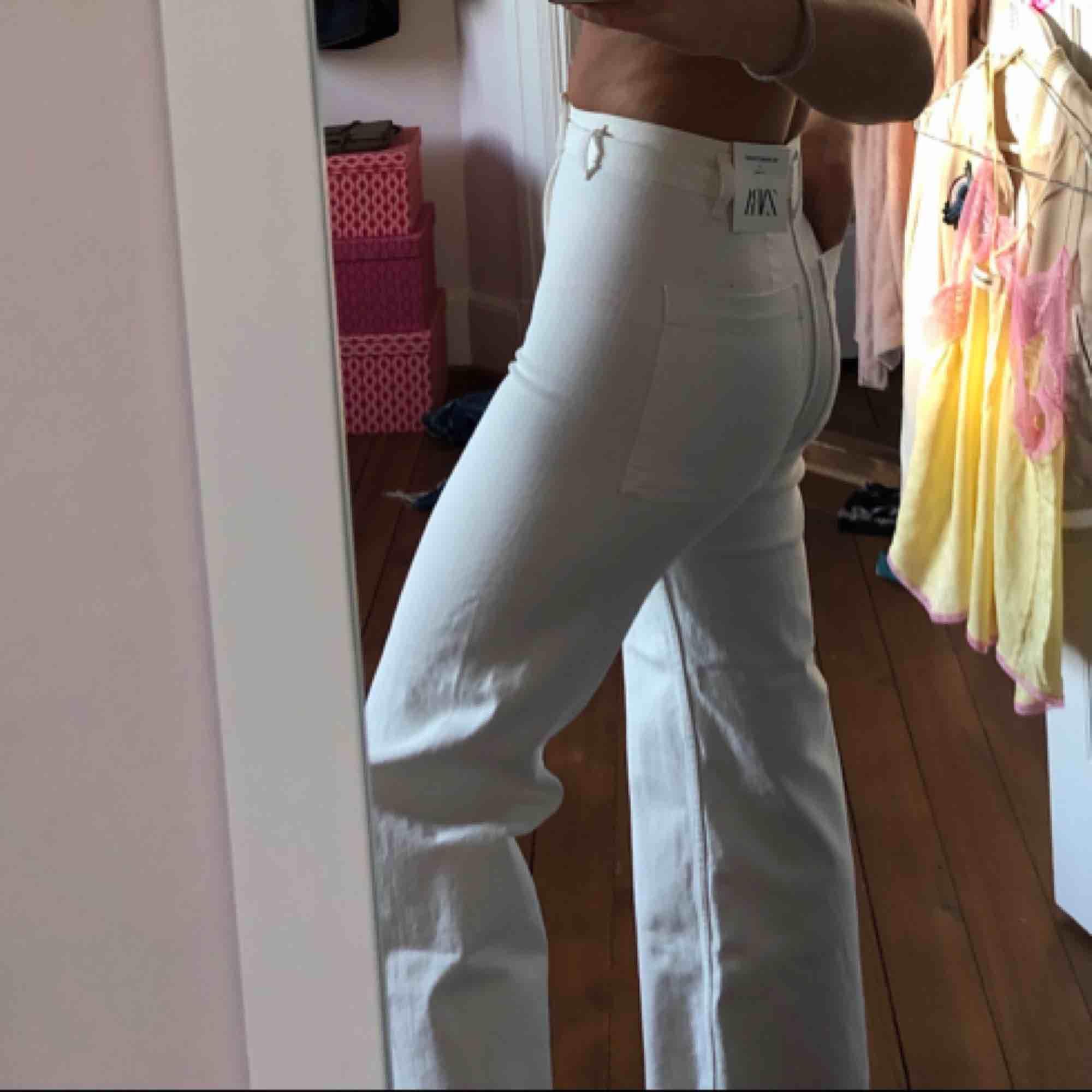 Suuper snygga trendiga, straight jeans! Helt oanvända med tag kvar från Zara!. Jeans & Byxor.