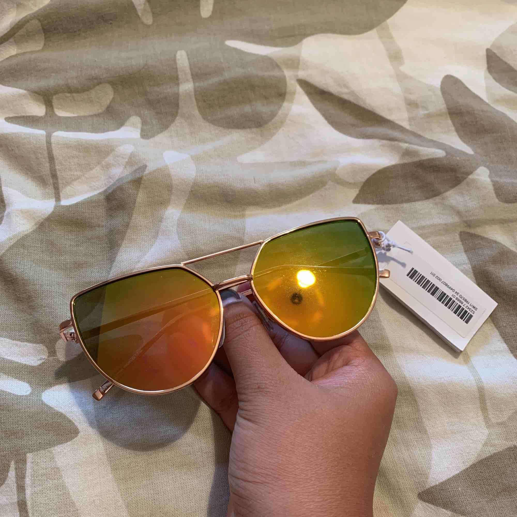 Nya solglasögon med prislapp kvar ☺️☺️☺️. Accessoarer.