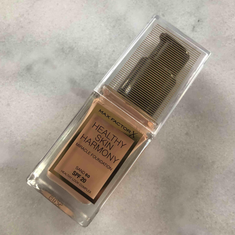 Helt oanvänd foundation från Max factor. Endast swatchad på handen, tyvärr fel färg för mig & det är därför jag säljer den.. färg: 60 SAND. Övrigt.