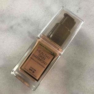 Helt oanvänd foundation från Max factor. Endast swatchad på handen, tyvärr fel färg för mig & det är därför jag säljer den.. färg: 60 SAND