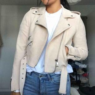 Beige/rosa mocka jacka i stretchigt material. Använd 3 gånger. Passar XS-M. *Jag är 169cm* Köparen står för frakt✨✨