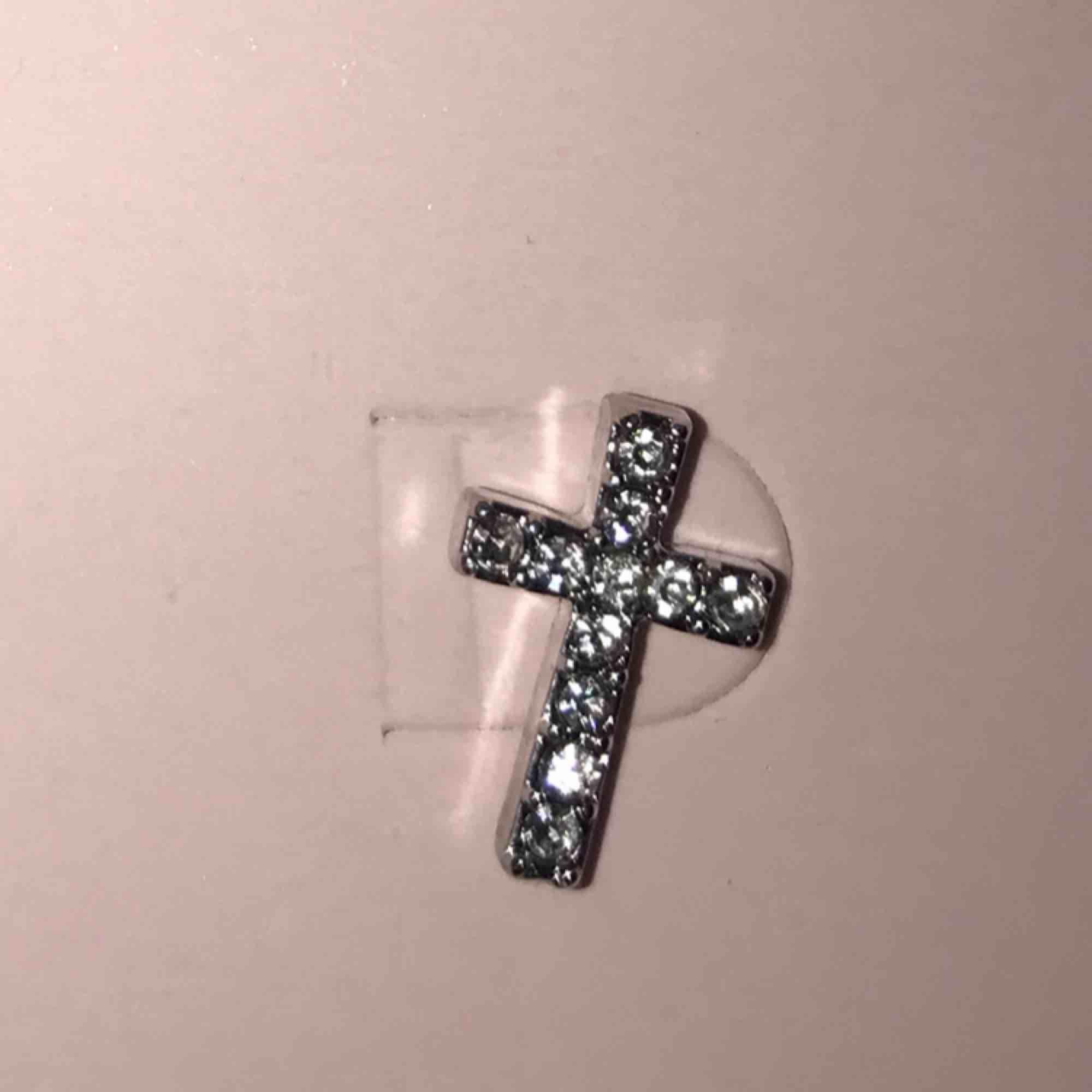 Ett par jätte snygga örhängen från missguided.  Örhängena är helt nya och är inte äns testade. Inte äkta silver.. Accessoarer.