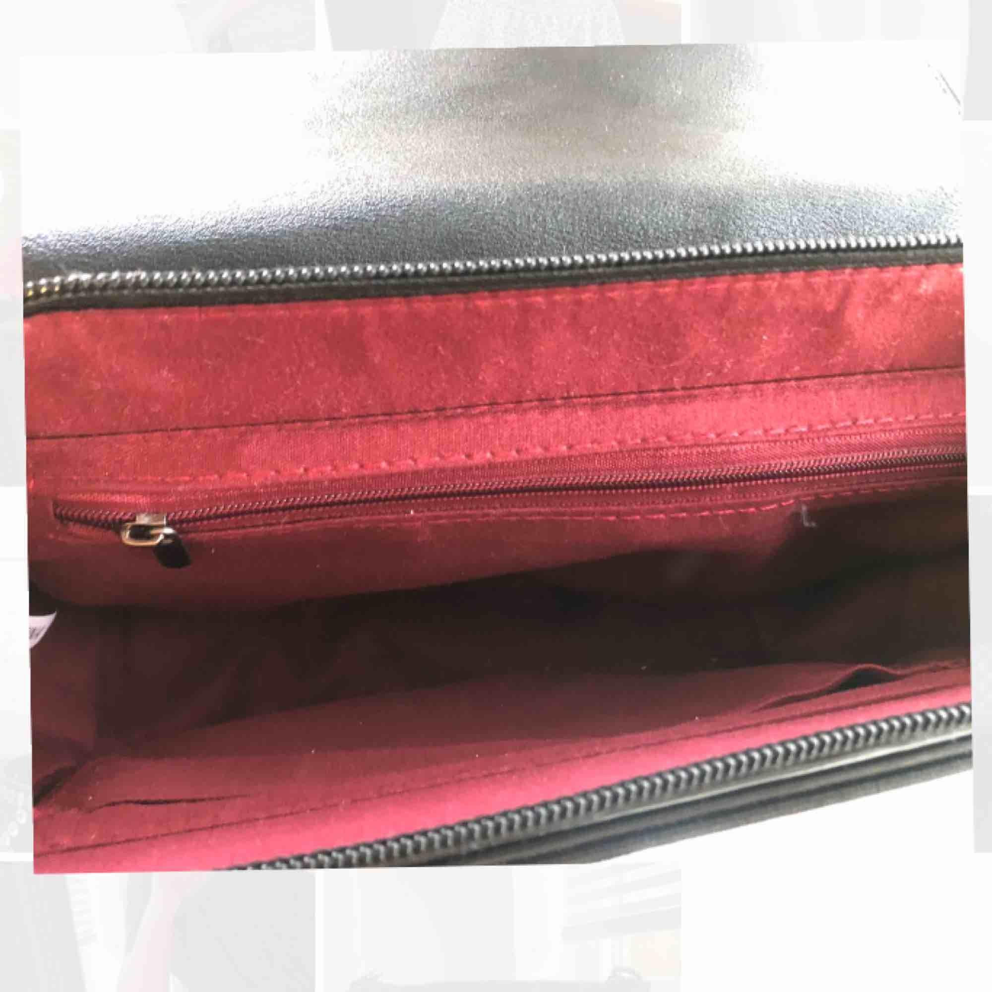 Superfin trendig crossover väska!  Passar till alla tillfällen. Väldigt rymlig! Nypris 500kr Kan gå ner i pris vid snabb affär. köparen betalar frakten! 💫. Väskor.