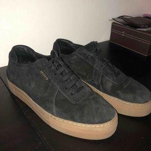 Äkta Axel Arigato skor i mocka endast använda en gång så i nyskick! 🖤 Pris kan diskuteras vid snabb affär!  Skorna är killmodell men kan användas av tjejer också!
