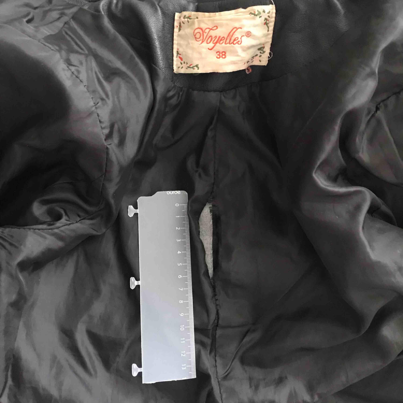 Populär skinnjacka från Chiquelle! Sparsamt använd, dock har den ett litet hål på ryggen *se bild 3* men det är lätt att sy igen. Köparen står för frakt✨. Jackor.