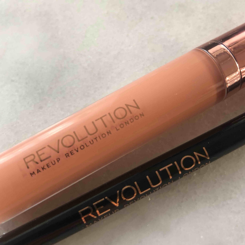 Oanvända (endast swatched) läpp-kit från revolution. En krämig Läppenna & ett läppglans i färgen Nude. ❣️. Övrigt.