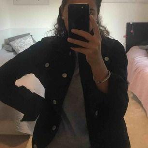 Vanlig svart jeans jacka. Frakt kostar 50kr annars kan jag mötas i Stockholm