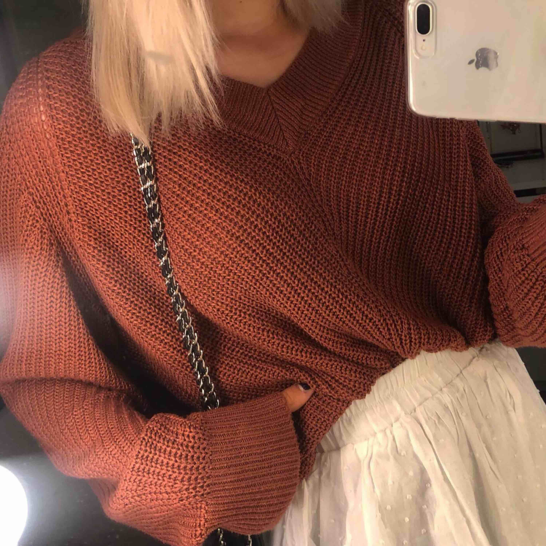 Stickad tröja perfekt till hösten, sitter lite oversize på! Mycket bra skick, endast använd ungefär tre gånger 🥵💕 frakt 50kr. Tröjor & Koftor.