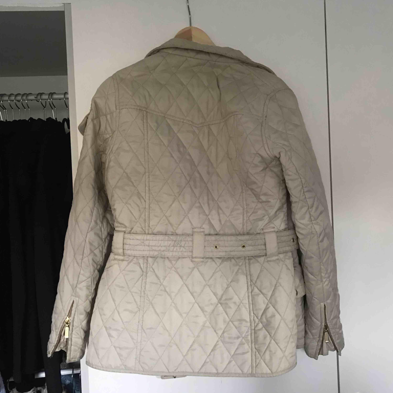 Jättefin beige jacka från Barbour. Köpt på Johnells förra året. Använd en höst. Kosten står för frakt✨✨. Jackor.
