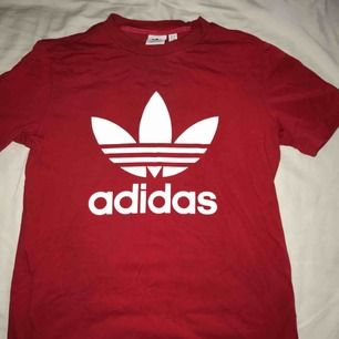Röd adidas tröja, storlek S. Inte använd mycket. Frakt 36kr