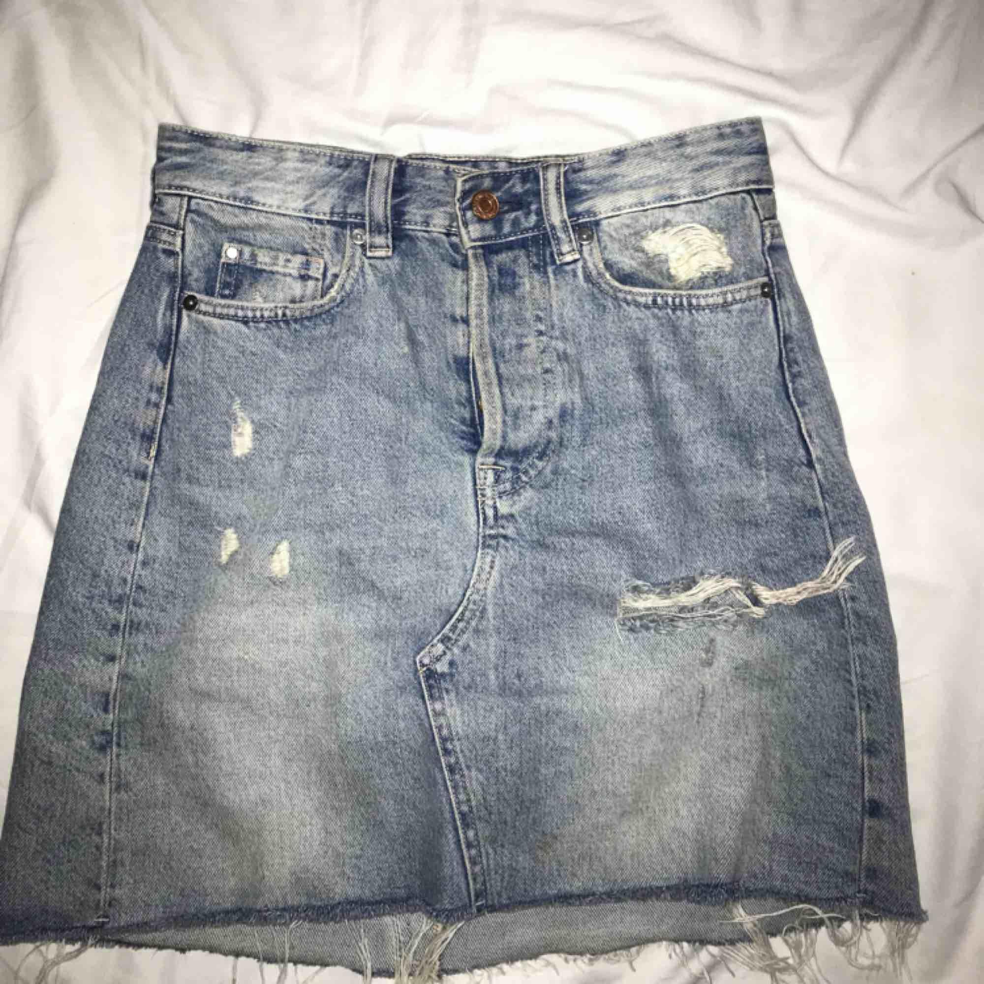 Snygg jeans kjol, storlek 34 men passar mig som vanligtvis har 36. Köparen står för frakt . Kjolar.