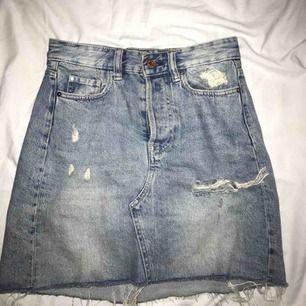 Snygg jeans kjol, storlek 34 men passar mig som vanligtvis har 36. Köparen står för frakt