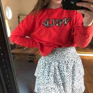 """Cool tröja med trycket """"wild"""" på. Köpt på primark i Frankrike förra året, knapöt använt den. Jätte mysig nu till hösten när det blir kallare på kvällarna. Storlek XS men passar S också! Köparen står för frakten! 😊"""
