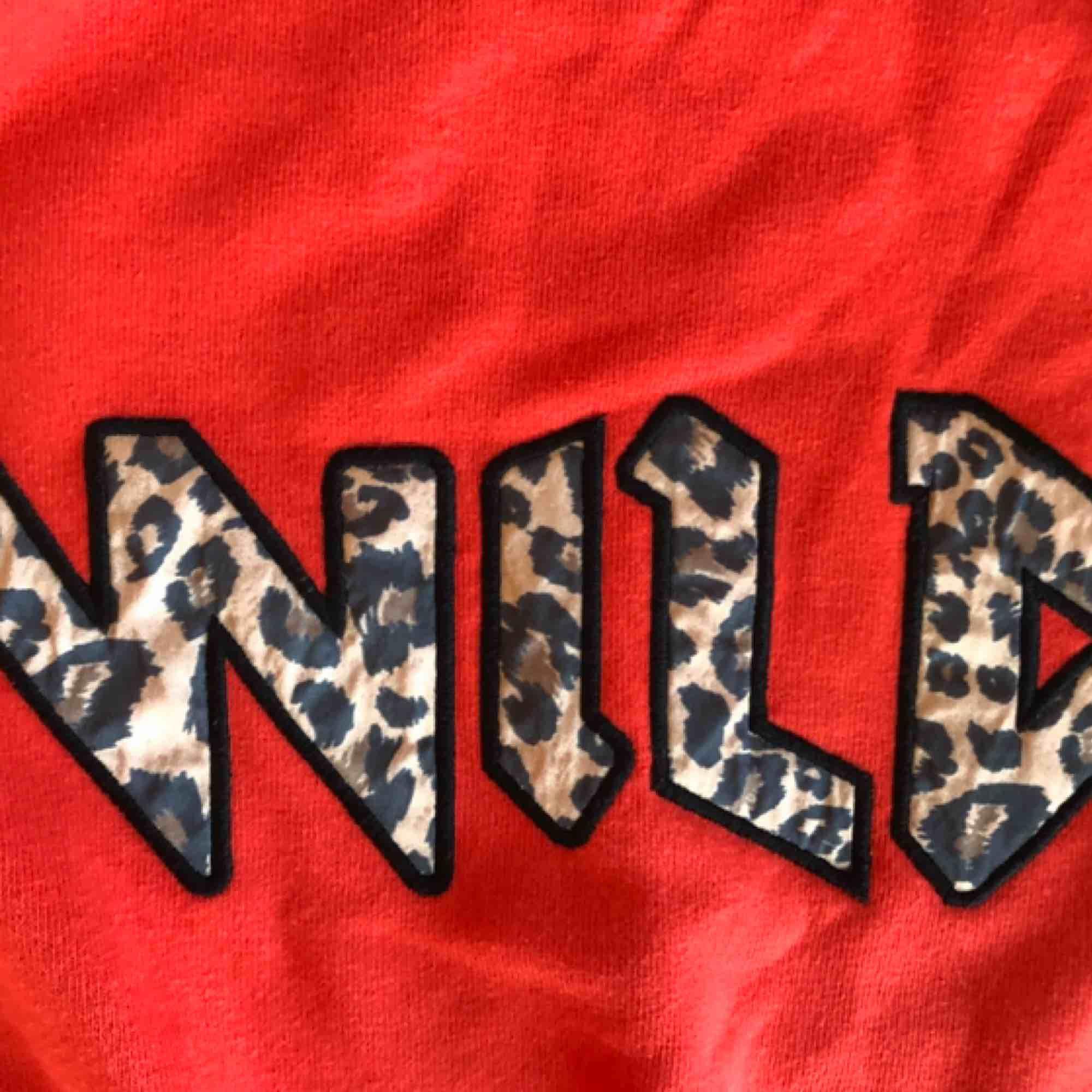 """Cool tröja med trycket """"wild"""" på. Köpt på primark i Frankrike förra året, knapöt använt den. Jätte mysig nu till hösten när det blir kallare på kvällarna. Storlek XS men passar S också! Köparen står för frakten! 😊. Tröjor & Koftor."""