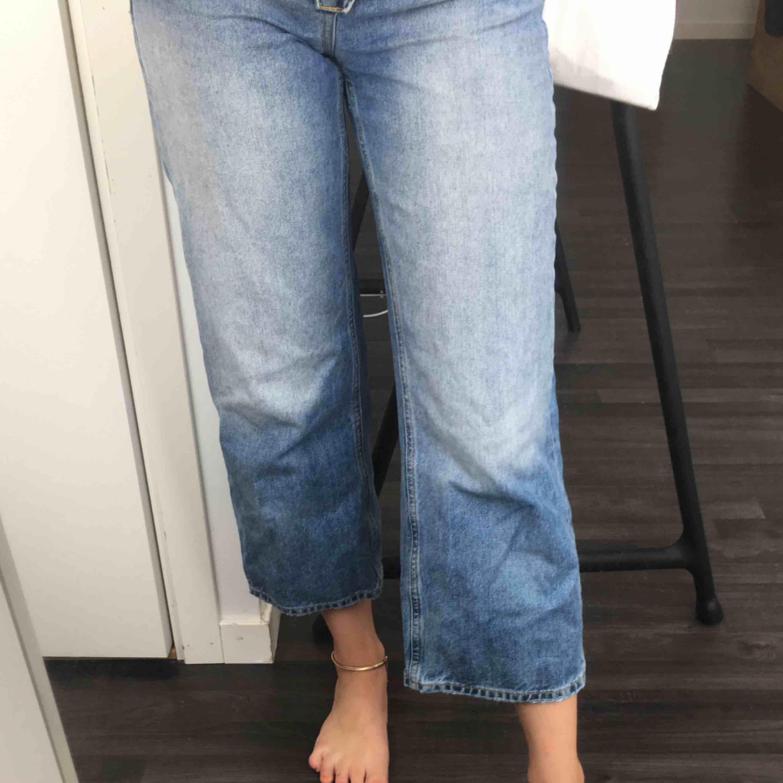 Ett par jeans från zara som är en modell som är korta i benen och höga i midjan.. Jeans & Byxor.