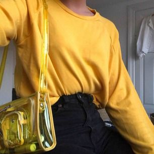 Säljer en solgul lite tunnare sweatshirt i ett super skönt material. Kan mötas upp på Södermalm/frakta, använd 2 gånger så är i nyskick Storlek S