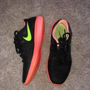 Nike Dual Fusion TR 3, löparskor DAM. Nyskick, köpta för ca 800kr.