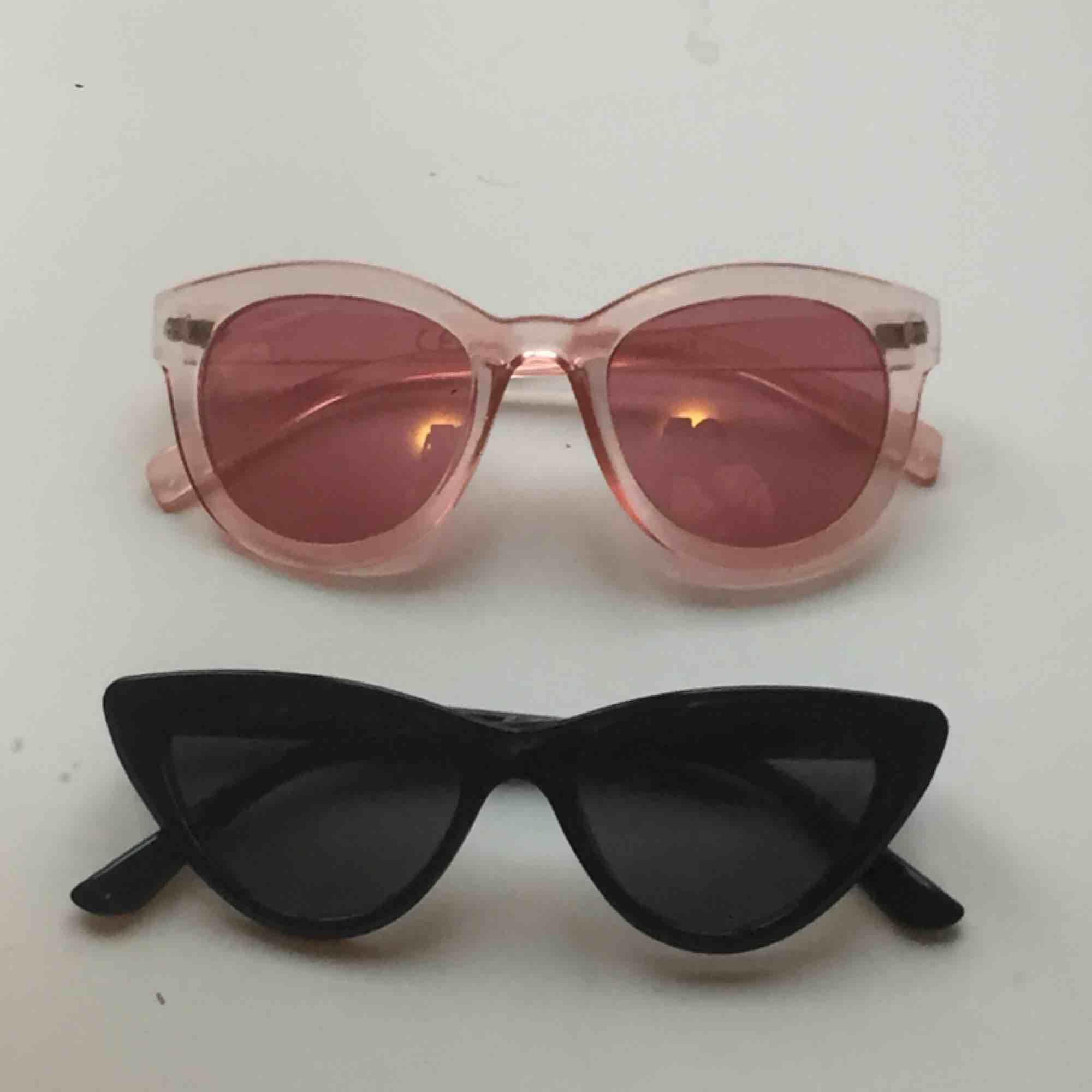 Två par solglasögon, ena är i rosa färg och rosa glas, andra är i katt-modell och svarta med svart glas 🥰  Hör av er om ni har några frågor! 😊 💕🦋Köparen står för frakt 🦋💕. Accessoarer.
