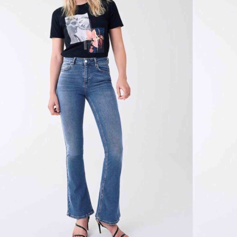 Bootcut blåa byxor. Nyskick! . Jeans & Byxor.
