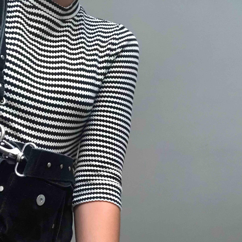 Säljer en svart vit mönstrad tröja ifrån märket cooperative. Köpt i Paris för 2 år sedan men har tyvärr inte kommit till användning. Möts upp på Södermalm/fraktar storleken skulle jag säga fungerar på dig som är XS-M då den är väldigt stretchig. Toppar.