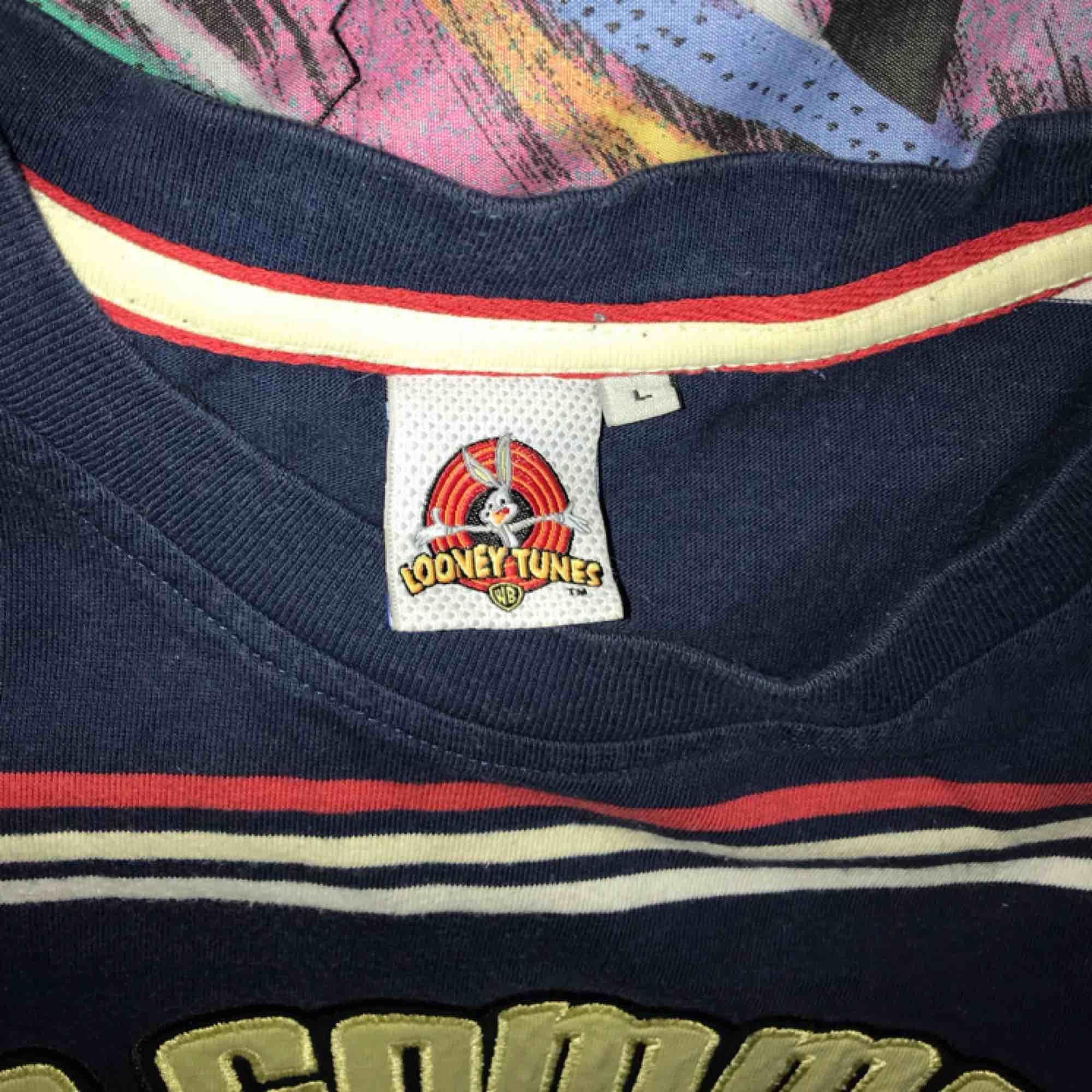 Fet Looney Tunes tisha med broderad text! Sitter som en Medium! :) . T-shirts.
