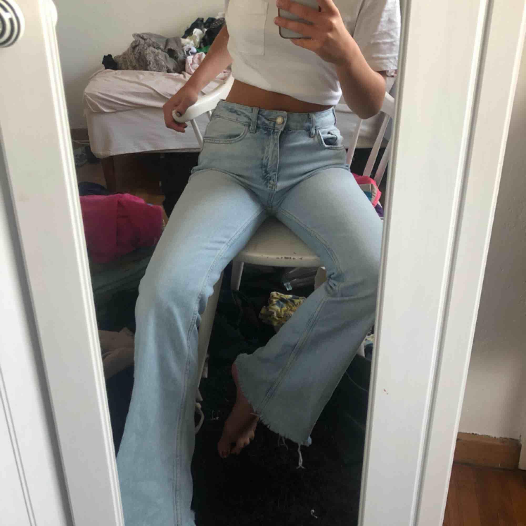 Skitsnygga utsvängda jeans från zara!! . Jeans & Byxor.